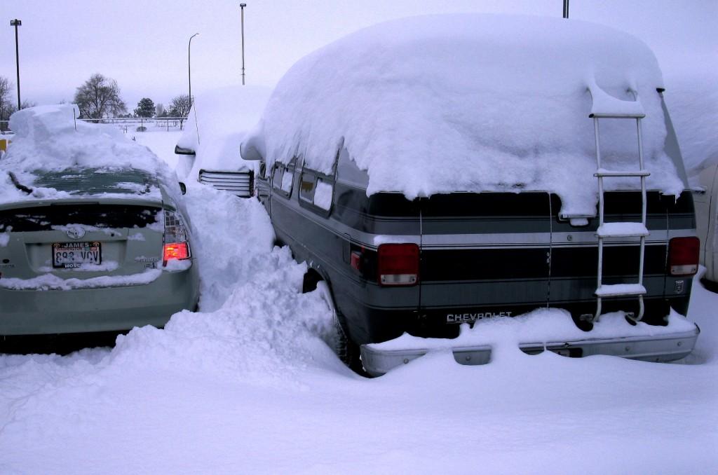 snežná búrka - zasnežené autá