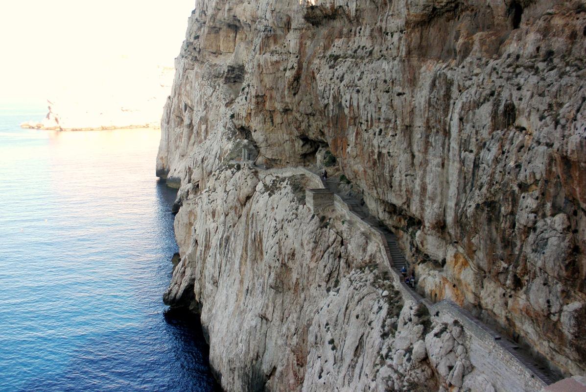 chodník vytesaný do skaly Cappo Caccia