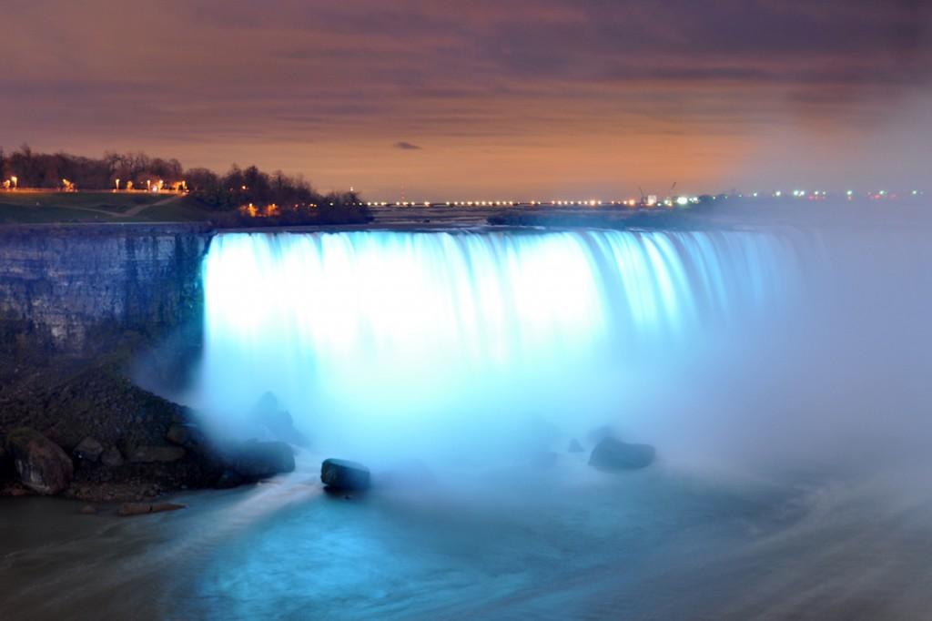 Niagarské vodopády osvetlené