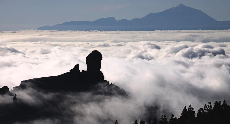 Roque Nublo v oblakoch