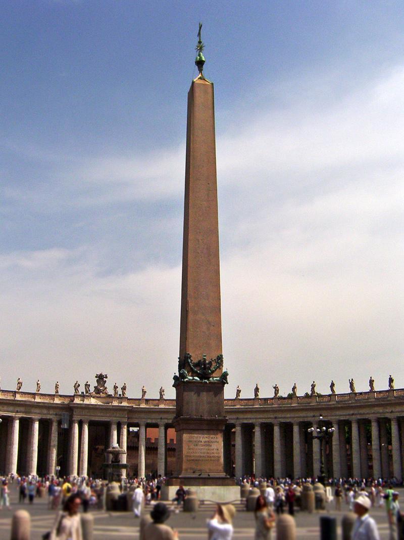 Obelisk na námestí vo Vatikáne