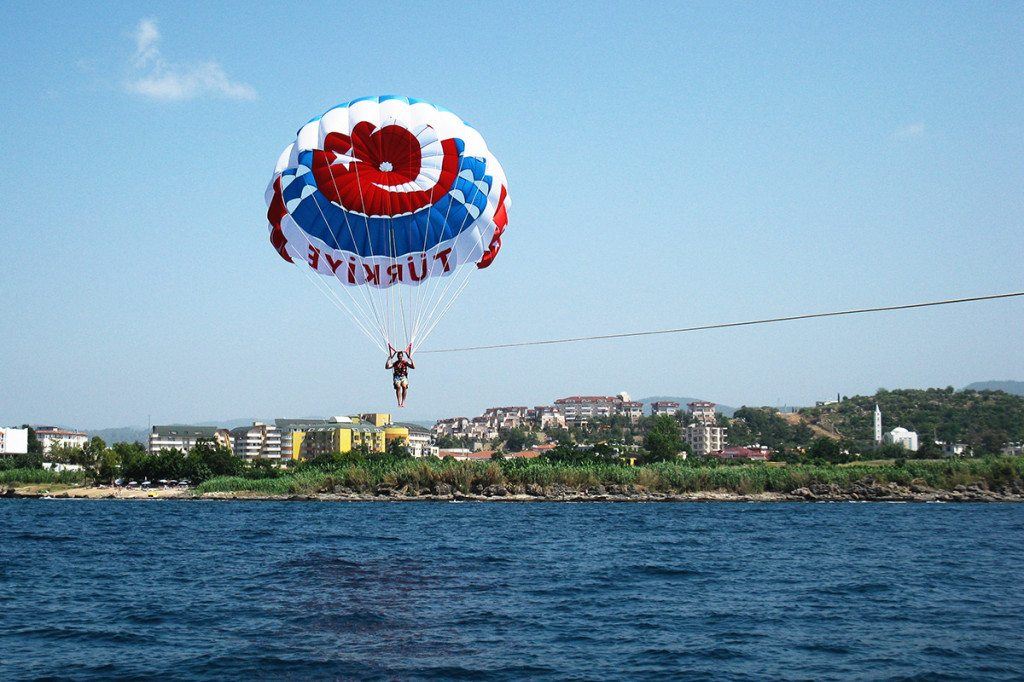 Padák za loďou v Turecku