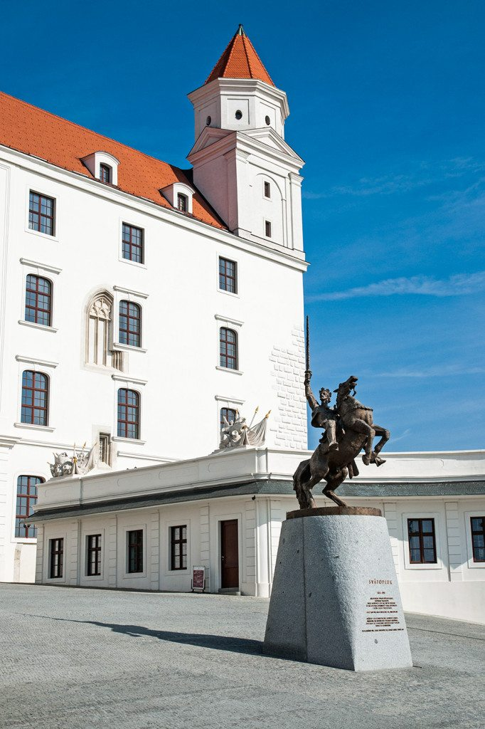Bratislavský hrad a socha Svätopluka