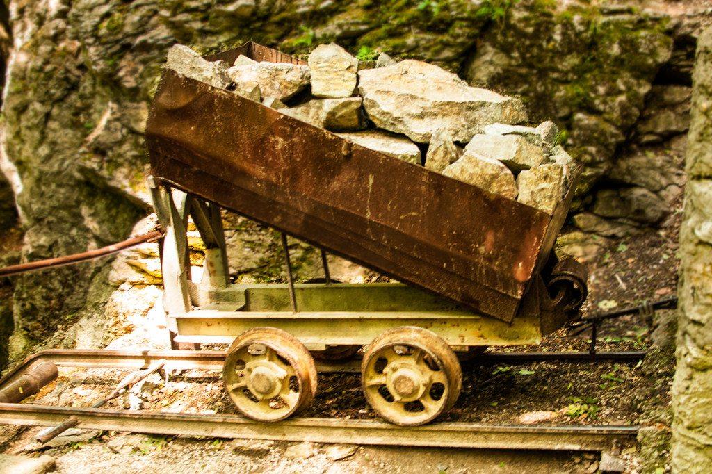 Jaskyňa driny - vozík s kameˇmmi