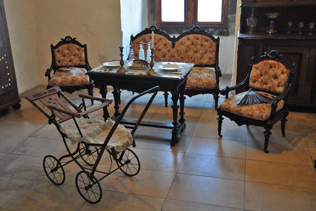 dobový nábytok na Trenčianskom hrade