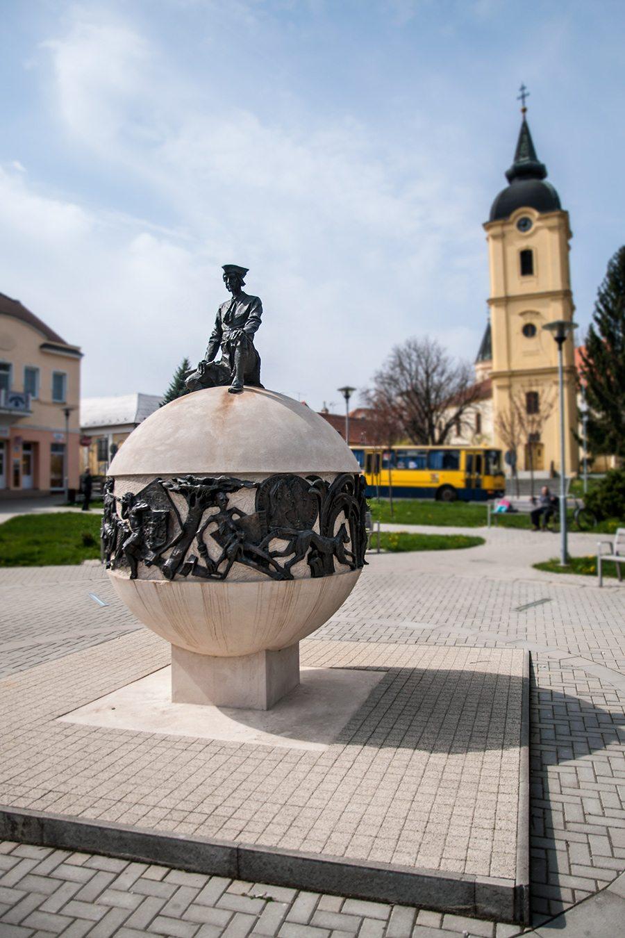 Socha Móric Beňovský a šikmá veža vo Vrbovom