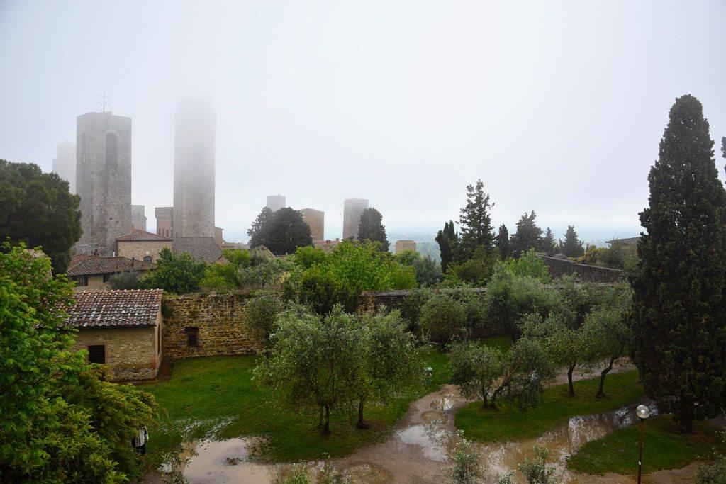 Stredoveké veže San Gimignano v hmle