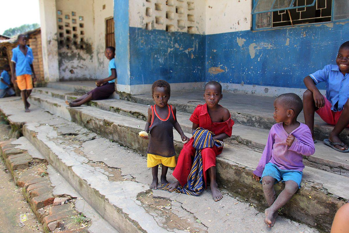Deti pred školou v Malawi, Afrika
