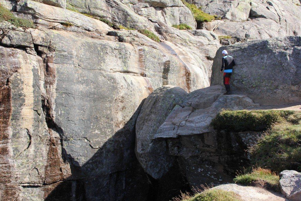 cesta na skalu