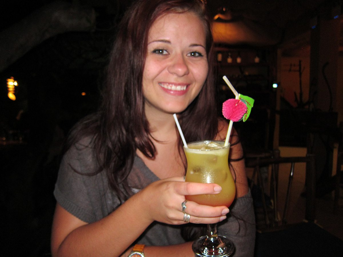Anna s drinkom na Kostarike
