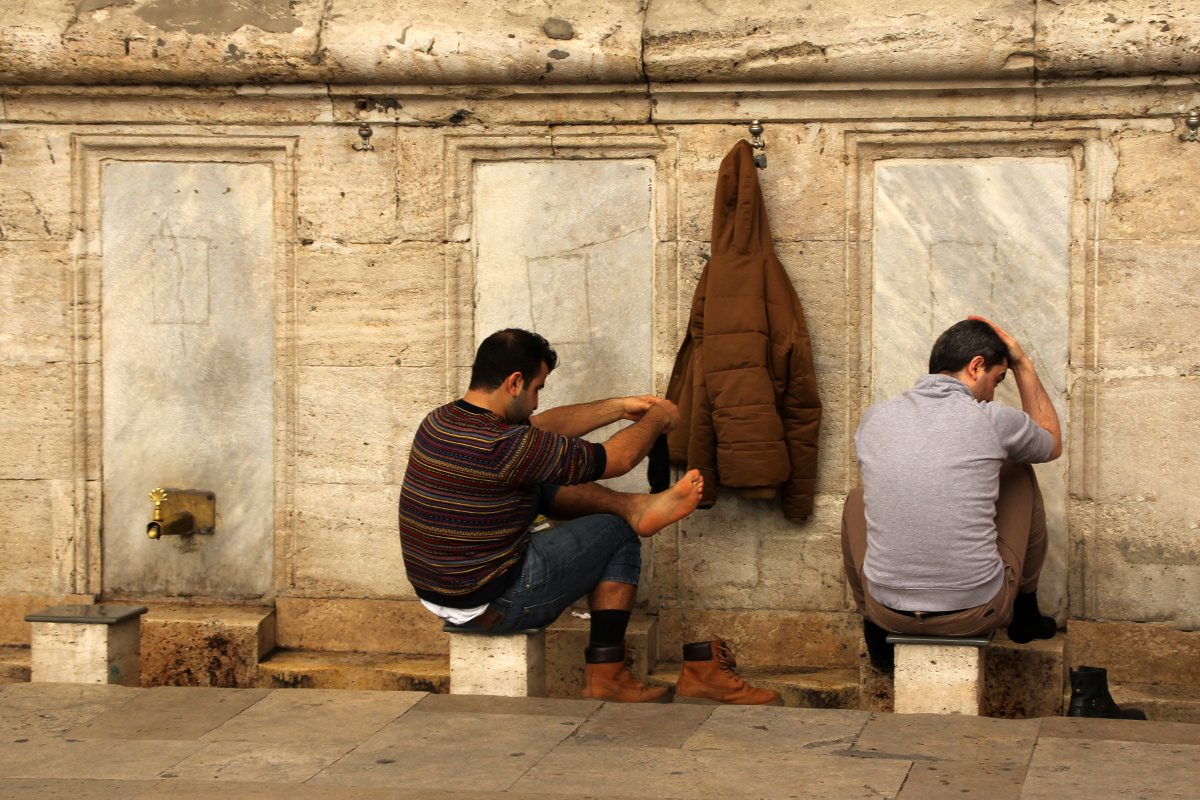 pred vstupom do mešity