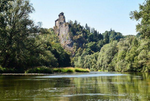https://www.milujemcestovanie.sk/wp-content/uploads/2015/09/orava-rieka-hrad-620x420.jpg