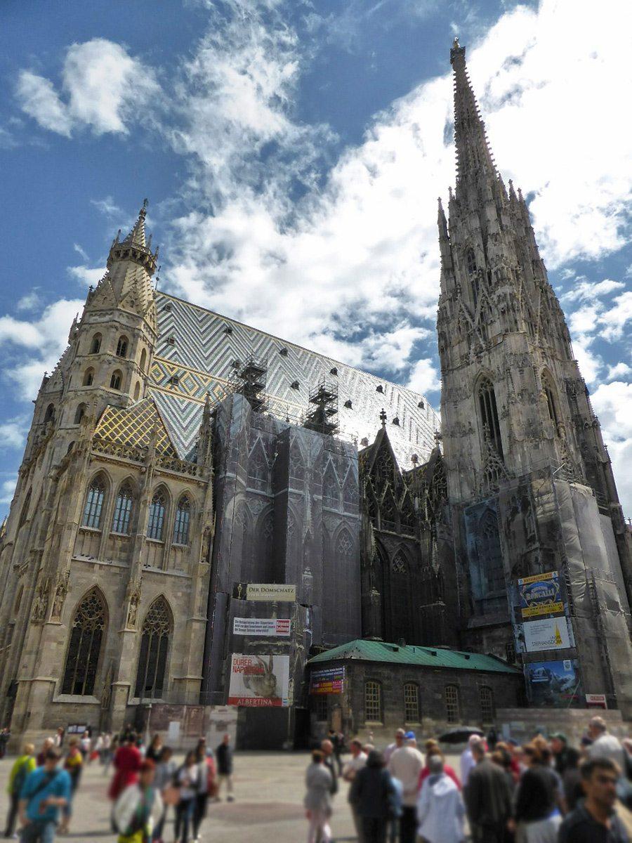 Na krásnom námestí Stefanplatz stojí impozantná stavba pozoruhodná najmä  svojou asymetriou. Okrem náboženského a architektonického významu má  katedrála sv. 1c93a1ef4f3