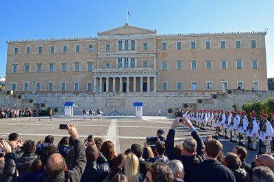 výmena stráži pred aténskym parlamentom