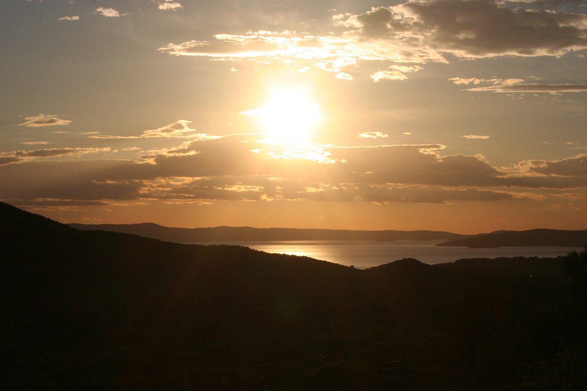 západ slnka nad olivovnikmi