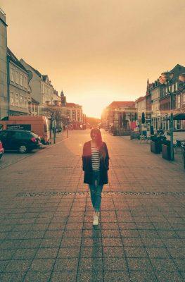 Andrea Sotonakova - Západ slnka nad námestím v Horsens