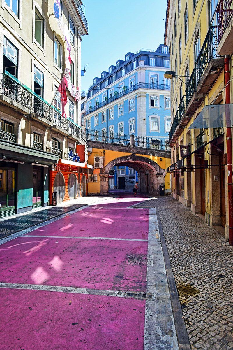 ružová ulička s barmi v Lisabone