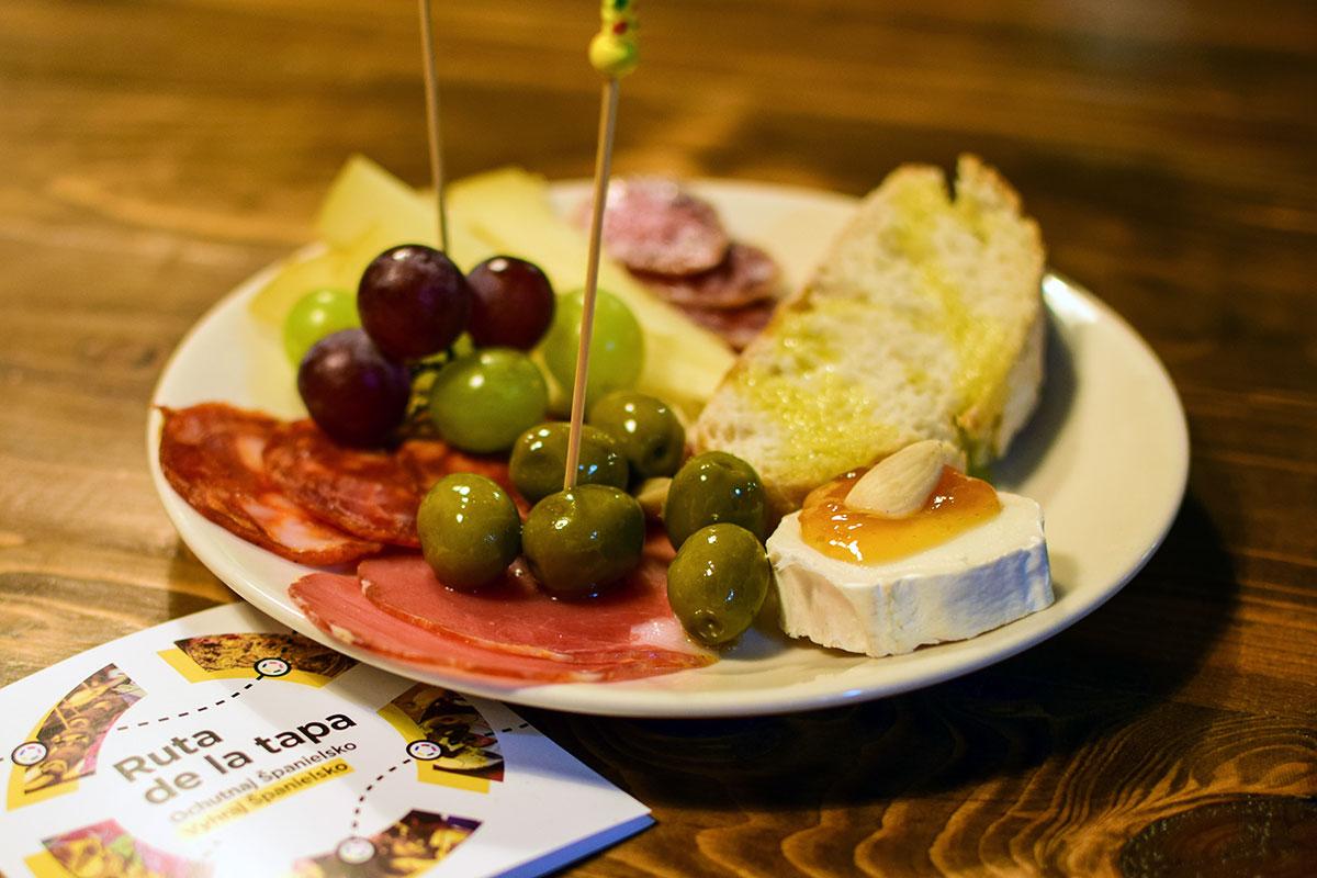 Plato de quesos y carnes