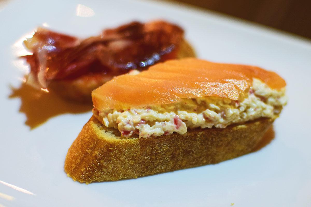 Pintxo pan tumaca con jamón Pintxo crema de cangrejo con salmón