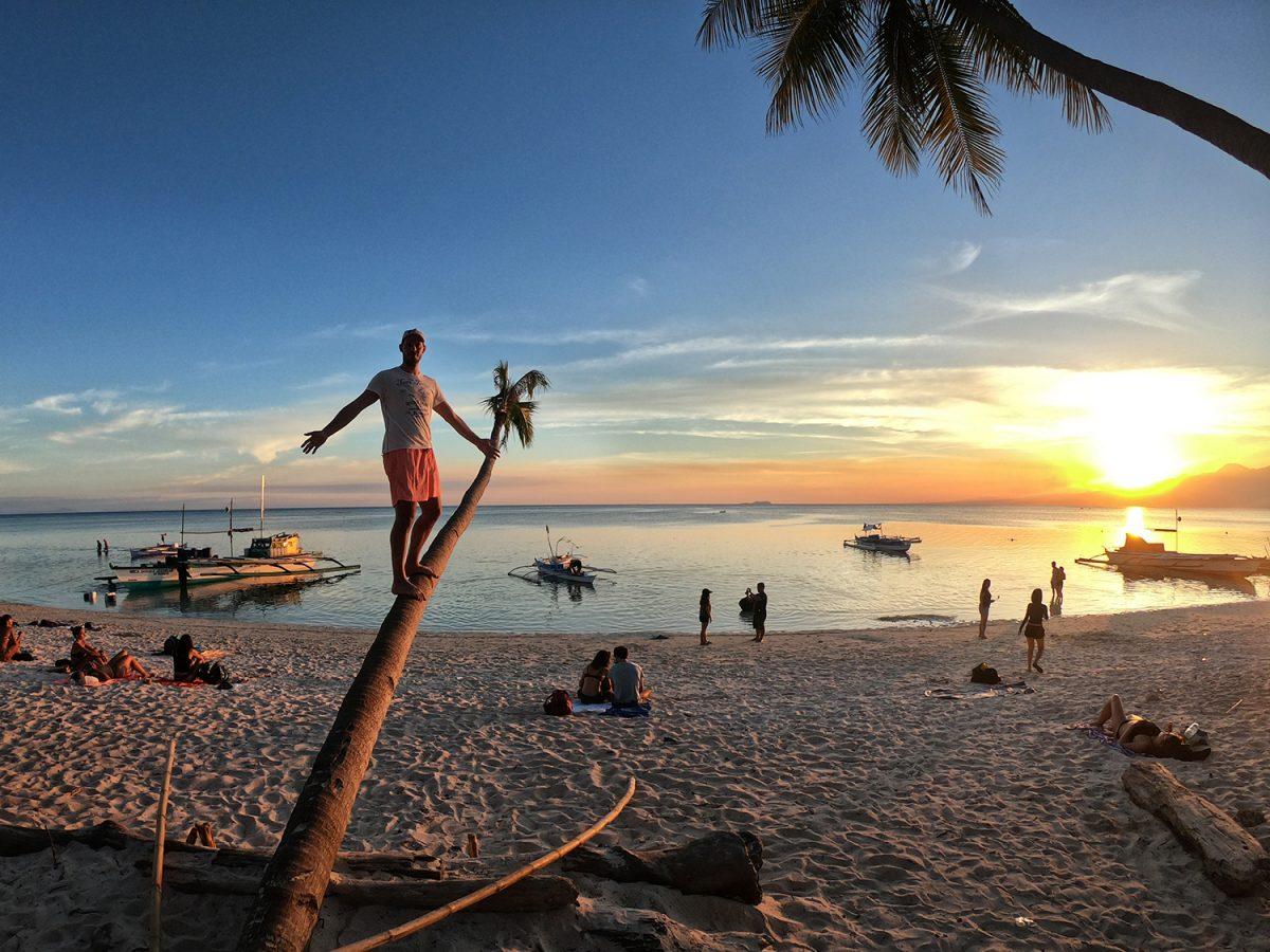Západ slnka na pláži Paliton - Siquijor, Filipíny