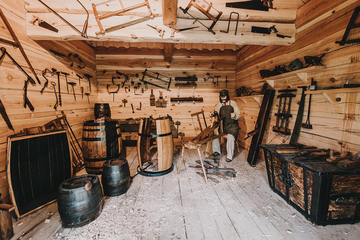 Historická časť expozície Nestville Distillery debnárstvo